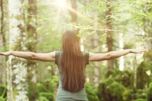 Frau allein im Wald Entspannt